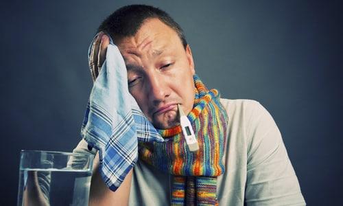 На сами вирусы алкоголь повлиять не может - наоборот, он ослабляет иммунитет, нарушает отхождение мокроты и выделение слюны