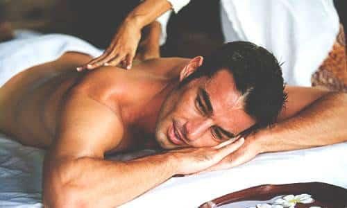 В качестве дополнительных методов борьбы с пивным животом можно использовать массаж и обертывания