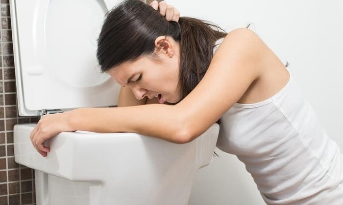 Рвота возникает лишь при запое с обострением хронических заболеваний желудочно-кишечного тракта и отравлениях суррогатами