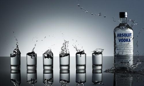 Растирание водкой при высокой температуре способно в течение 20-30 минут снизить жар на 1-2°, и этих градусов достаточно для устранения негативных проявлений гипертермии