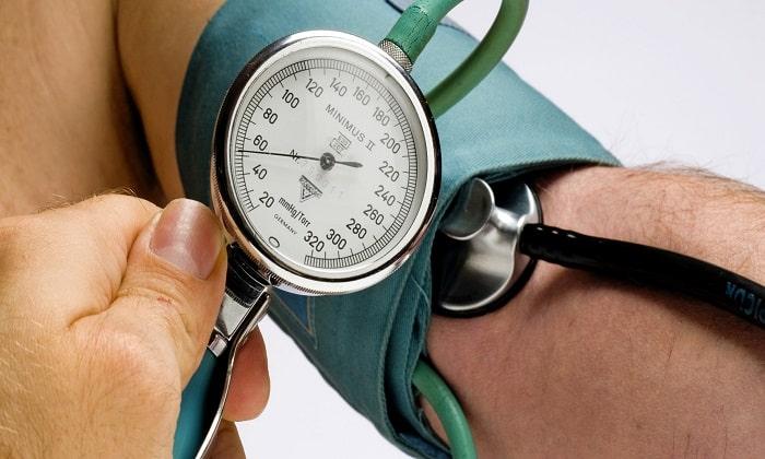 В некоторых случаях во время приема препарата может наблюдаться снижение АД