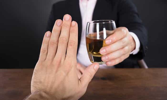 Активный компонент постепенно абсорбируется в кровь и провоцирует отвращение к алкогольным напиткам